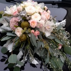 Gorgeous wedding car decor