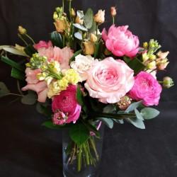 Розовые розы с эвкалиптом