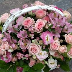 Розовая цветочная корзина